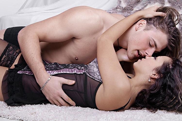 homem-e-mulher-deitados-sexo